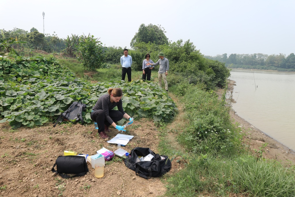 Water sampling at the Bac Ninh site on the Cau River, 2019 © HTW Dresden