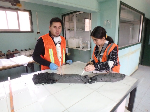 First examination of drilled core material of an old tailing body in the field laboratory in cooperation with the Chilean project partners © Freiberg University of Mining and Technology