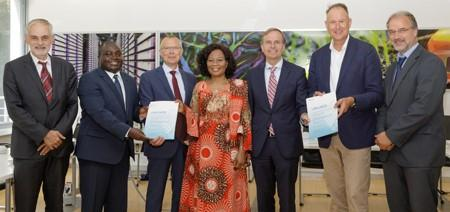 Presentation of funding certificates: (from left to right) Prof. Uwe Rau, Director of the Institute for Photovoltaics; Dr. Solomon Agbo, Unternehmensentwicklung; Prof. Harald Bolt, Member of the Board of Directors; Ambassador Mobolaji Sakirat Ogundero, Deputy Head of Mission at the Nigerian Embassy in Berlin; State Secretary Thomas Rachel (MdB); Peter Schrum, Sunfarming, and Prof. Ulrich Schurr, Director of the Institute for Plant Sciences